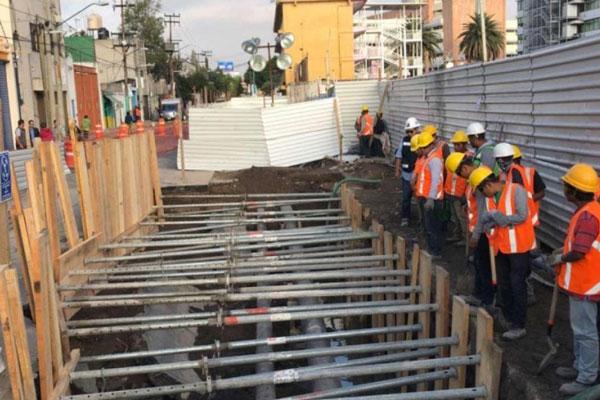 Socavón deja al descubierto ductos de Pemex en Iztacalco. Noticias en tiempo real